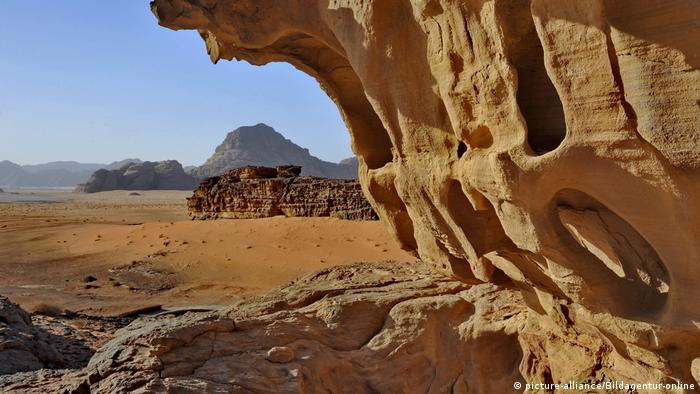 Jordan, wadi Rum reserve, the desert with rock formations (picture-alliance/Bildagentur-online)