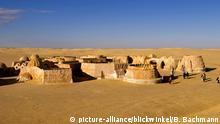 beruehmte Filmkulissen der Star Wars Reihe in der Sahara bei Tozeur, Tunesien   Famous movie set of Star Wars movies in Sahara Desert near Tozeur, Tunisia   Verwendung weltweit BG Bildergalerie Filmlandschaften