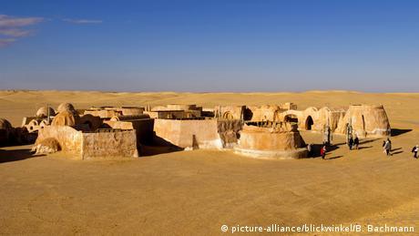 Ένα τοπίο άγονο δίχως ανθρώπους: η έρημος της Τυνησίας εμφανίζεται σε πολλές ταινίες, μεταξύ αυτών στον «Ιντιάνα Τζόουνς» και στον «Άγγλο ασθενή». Ωστόσο η έρημος έγινε γνωστή ως σκηνικό της σειράς ταινιών του Τζορτζ Λούκας «Πόλεμος των Άστρων». Το χωριό από το οποίο καταγόταν ο ήρωας Σκαιγουόκερ αποτελεί από το 1995 τουριστική ατραξιόν.