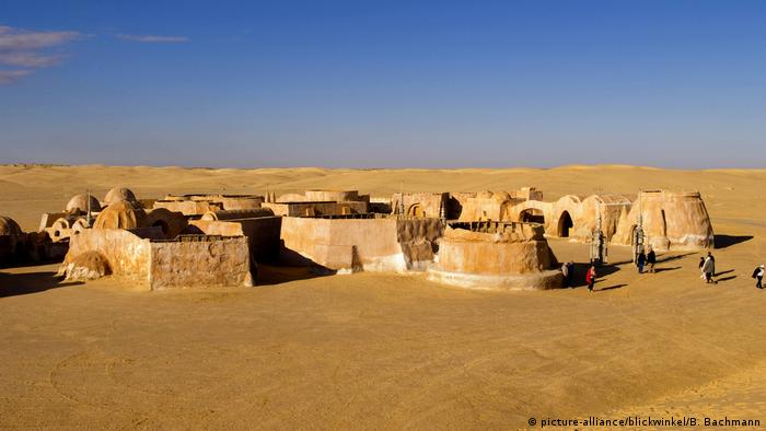 beruehmte Filmkulissen der Star Wars Reihe in der Sahara bei Tozeur, Famous movie set of Star Wars movies in Sahara Desert near Tozeur (picture-alliance/blickwinkel/B. Bachmann)