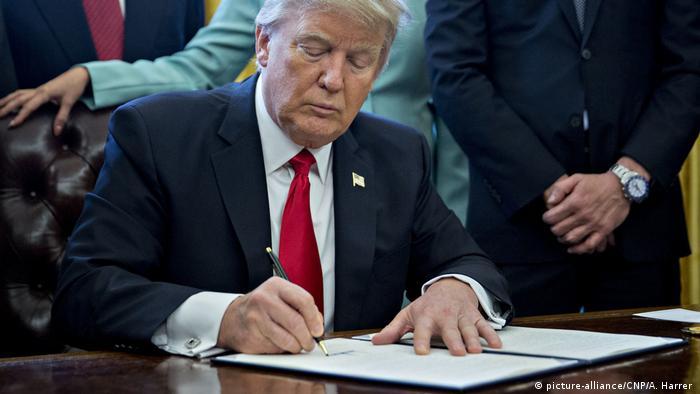 Präsident Trump unterschreibt Dekret im Oval Office Weißes Haus (picture-alliance/CNP/A. Harrer )