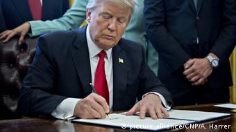 Präsident Trump unterschreibt Dekret im Oval Office Weißes Haus