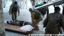 dpatopbilder - Ein verwundeter ukrainischer Soldat wird am 31.01.2017 in Awdijiwka (Ukraine) von seinen Kameraden versorgt. In der Ostukraine liefern sich trotzWaffenruhe Regierungssoldaten und Separatisten die verlustreichsten Kämpfe seit Monaten. Wie die Pressestelle der Armee am Dienstagmorgen mitteilte, wurden nahe der ostukrainischen Industriestadt Awdijiwka drei Regierungssoldaten getötet. (zu dpa «Kämpfe eskalieren bei Awdijiwka - Tausende ohne Strom und Heizung» vom 31.01.2017) Foto: Inna Varenytsia/AP/dpa +++(c) dpa - Bildfunk+++  