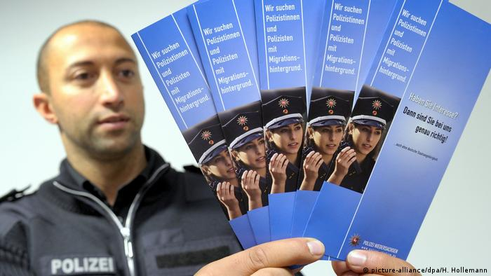 Police recruiter (picture-alliance/dpa/H. Hollemann)