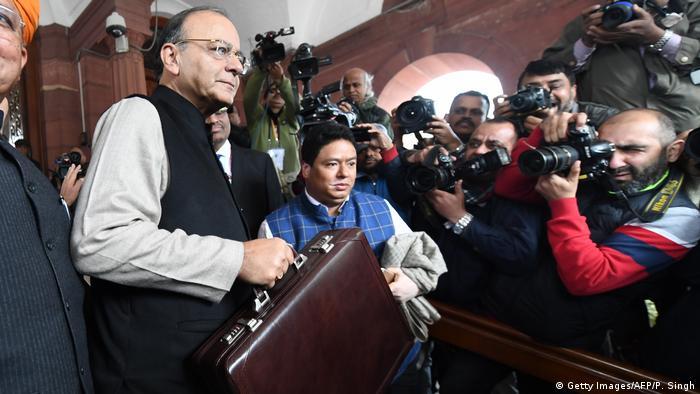 Indien - Neu Delhi - Finanzminister Arun Jaitley beim Parlament um das Indien Union Budget zu präsentieren