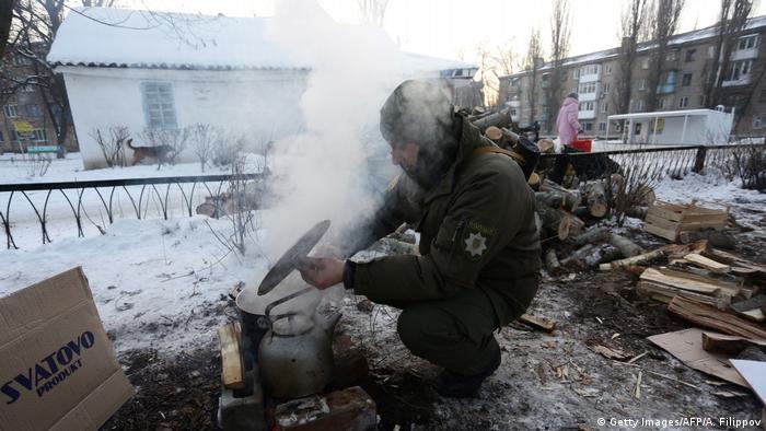 Украинцы в Авдеевке готовят еду над костром