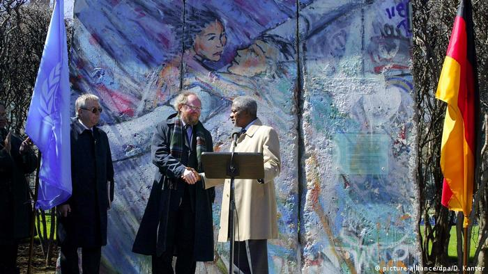A portion of the Berlin Wall, painted by Kani Alavi, is presented to the United Nations in 2002 (picture-alliance/dpa/D. Kanter)