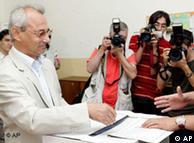 Hak ve Özgürlükler Hareketi'ni genel kurulda Ahmet Doğan (solda) yerine Lütfi Mestan temsil etti