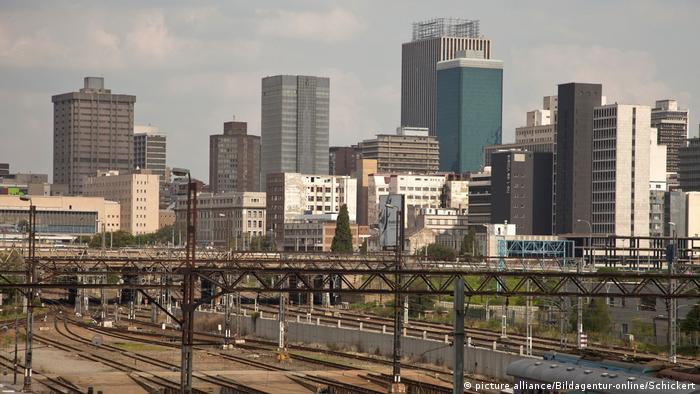 In Südafrika macht die größte Stadt des Landes in Sachen Luftverschmutzung immer wieder von sich reden. Hier sorgt eine ausgeprägte Industrie für sprichwörtlich schlechte Luft. Für eine große Belastung der Umwelt sorgen zudem Schwermetalle und Säuren aus der Goldproduktion.