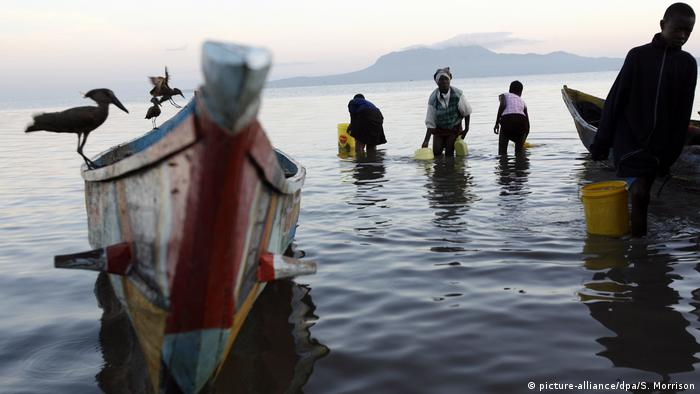 Locals fishing in Lake Victoria in Kenya (picture-alliance/dpa/S. Morrison)