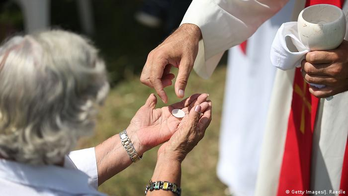 Kuba Frau erhält ihre Kommunion (Getty Images)