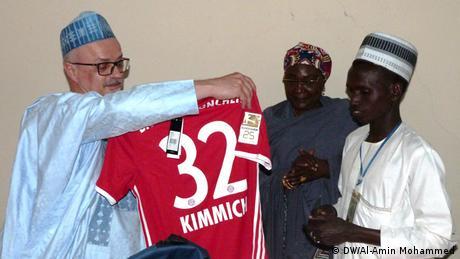 Nigeria Übergabe FC-Bayern-Trikot an Quiz-Gewinner (DW/Al-Amin Mohammed)