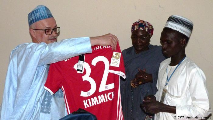 Nigeria Übergabe FC-Bayern-Trikot an Quiz-Gewinner