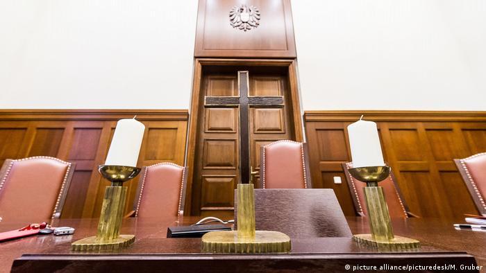 Österreich Gericht Kreuz