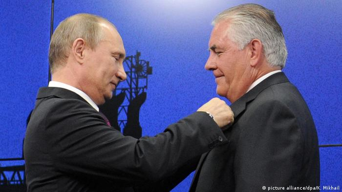 Putin gives a friendship medal to Rex Tillerson in June 2016 (picture alliance/dpa/K. Mikhail)