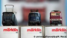 ARCHIV - Drei Märklin-Lokomotiven, aufgenommen am 22.11.2012 in einer Halle der Messe Stuttgart (Baden-Württemberg) während der Messe Modell Süd. (zu dpa: «Modellbahnhersteller Märklin 2016 nur mit kleinem Umsatzplus» vom 27.01.2017) Foto: Marijan Murat/dpa +++(c) dpa - Bildfunk+++ | Verwendung weltweit