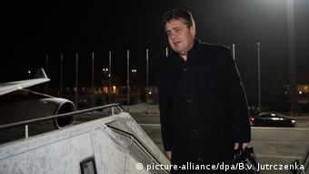 Deutschland Außenminister Gabriel Aufbruch Reise in die USA (picture-alliance/dpa/B.v. Jutrczenka)