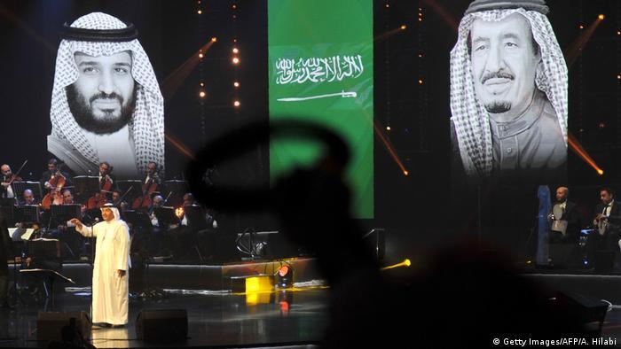 Projeções do poder: imagens do rei Salman (dir.) e seu herdeiro dominam show de Mohammed Abdu, o Paul McCartney da Arábia Saudita