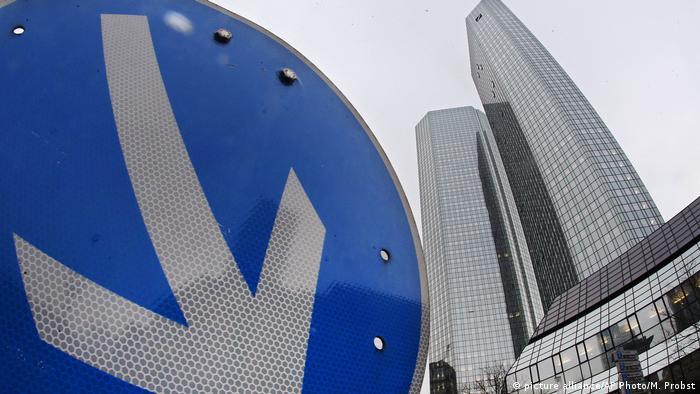 Deutschland Deutsche Bank - Jahreszahlen 2016 (picture alliance/AP Photo/M. Probst)
