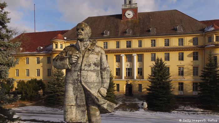 Памятник Ленину перед Домом офицеров