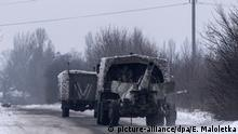 Ukraine Kämpfe in der Ostukraine in Awdijiwka | Lastwagen mit Haubitze