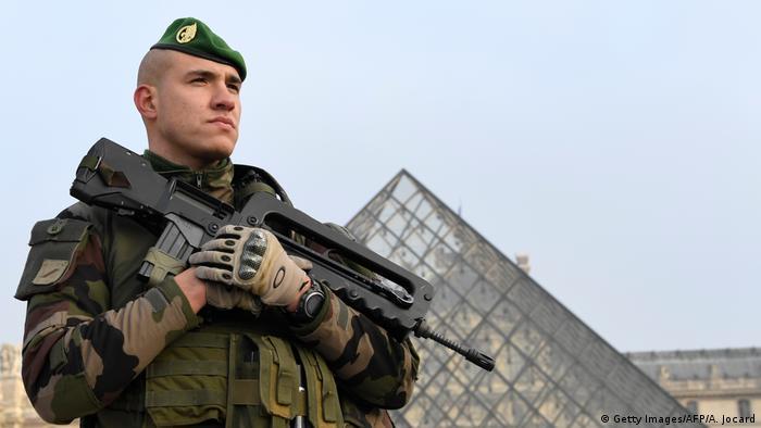 El atacante, detenido cuando quiso entrar con violencia al Museo Louvre es un egipcio que entró a Francia con un visa de turista el 26 de enero y compró en París los dos machetes con los que agredió a los soldados. 03.02.2017