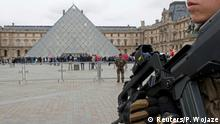 ARCHIV 2016 *** FILE PHOTO - French army paratroopers patrol near the Louvre museum in Paris, France, March 30, 2016. REUTERS/Philippe Wojaze/File photo