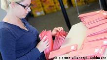 ARCHIV 2013 **** Wahlbriefe zur Bundestagswahl im Wahlamt in Köln-Kalk. Die Wahlämter müssen zur Zeit so viele Anträge zur Briefwahl bearbeitet wie nie zuvor. Mitarbeiter des Wahlamtes prüfen und sortieren Briefwahlunterlagen.   Verwendung weltweit