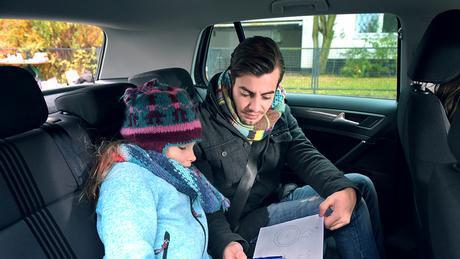 Nico und Emma sitzen im Auto. (DW)