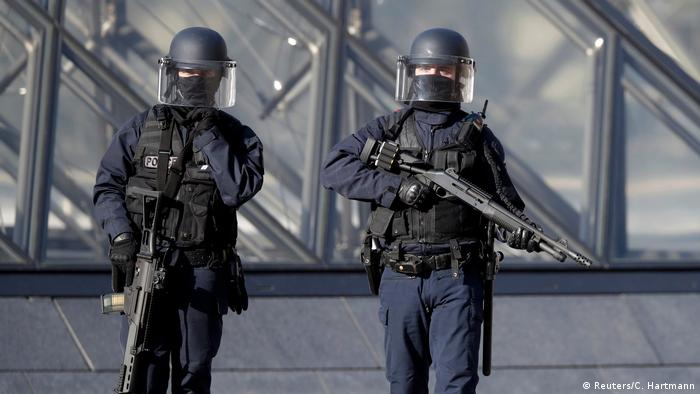 El Museo del Louvre fue evacuado luego de que un soldado disparara a un hombre que intentó atacarlo con un cuchillo al grito de Allahu Akbar (Alá es grande). El soldado sufrió heridas leves. El incidente se produjo alrededor de las 10:00 hs en el subsuelo del museo.