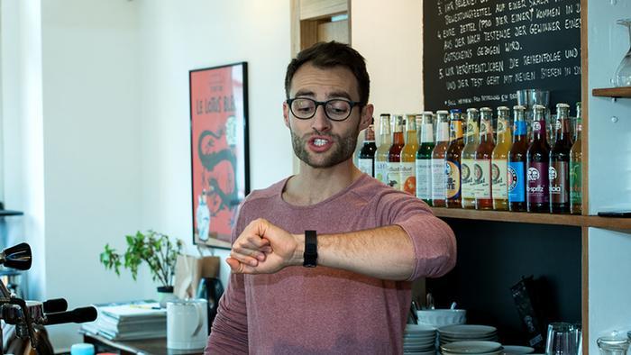 Max schaut auf seine Armbanduhr. (DW)