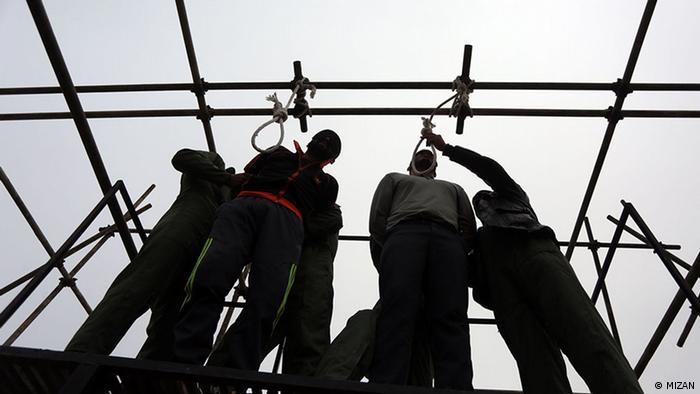 اتهام رسولزاده و شیخ عبدالله شرکت در بمبگذاری شهریور ۱۳۸۹ در مهاباد بود. عفو بینالملل تاکید کرده است که بر اساس شواهد موجود، آنها بیگناه اعدام شدهاند.