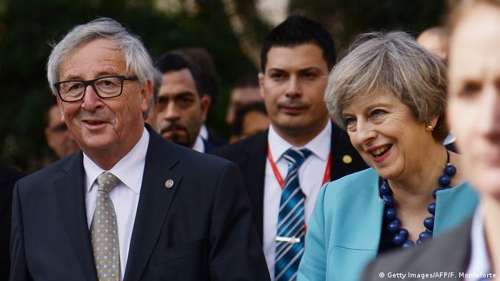 Dos protagonistas del brexit: Juncker y May.