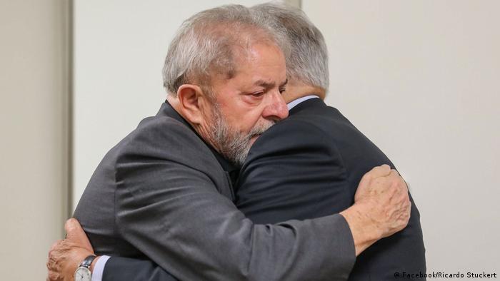 FHC abraça Lula após a morte da ex-primeira-dama Marisa Letícia, em 2017