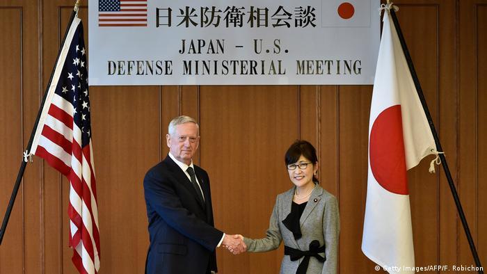 Japan US-Verteidigungsminister James Mattis | Tomomi Inada, Verteidigungsministerin (Getty Images/AFP/F. Robichon)