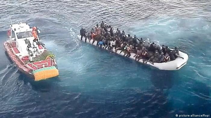 Italien Rettung von Flüchtlingen aus dem Mittelmeer vor Sizilien (picture-alliance/Ropi)