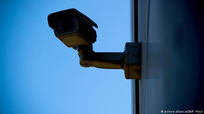 ملابس تستطيع تضليل كاميرات المراقبة وتحول الإنسان إلى سيارة!