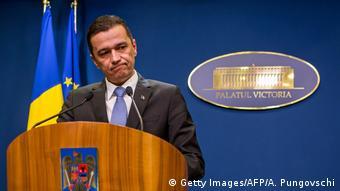 Ο πρωθυπουργός της Ρουμανίας Σορίν Γκριντεάνου ενέδωσε τελικά στις πιέσεις των πολιτών