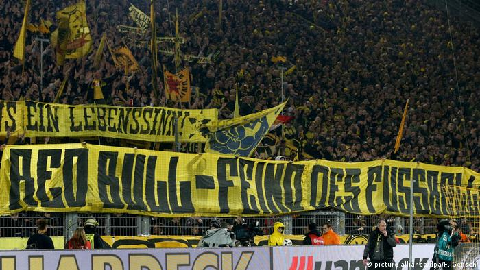 Bundesliga BVB Fans Anti RB Leipzig Plakat (picture-alliance/dpa/F. Gensch)