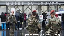 Frankreich Paris Polizei vor Louvre Museum