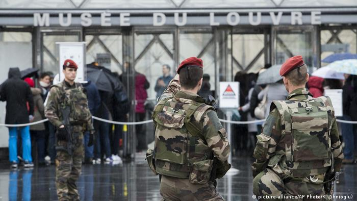 Frankreich Paris Polizei vor Louvre Museum (picture-alliance/AP Photo/K. Zihnioglu) )