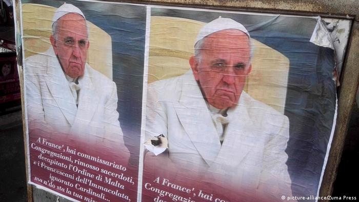 Плакаты, критикующие папу Франциска
