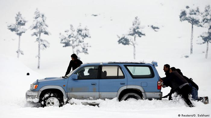 Afghanistan Winter & Schnee in Kabul | Auto, Verkehr (Reuters/O. Sobhani)