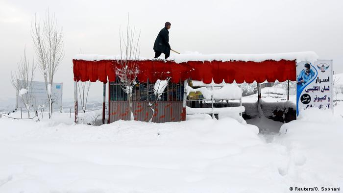Afghanistan Winter & Schnee in Kabul | Dach, Geschäft (Reuters/O. Sobhani)