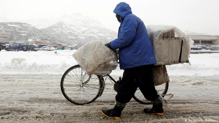 Afghanistan Winter & Schnee in Kabul | Fahrrad & Gepäck (Reuters/O. Sobhani)