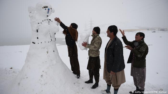 Afghanistan Winter & Schnee in Kabul | Schneemann (Getty Images/AFP/W. Kohsar)