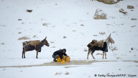 Afghanistan Winter & Schnee in Kabul | Esel, Regenwasser (Getty Images/AFP/F. Usyan)