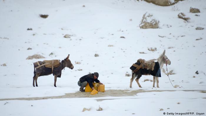 Afghanistan Winter & Schnee in Kabul | Esel, Regenwasser (Getty Images/AFP/F. Usyan)