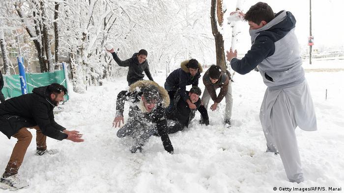 Afghanistan Winter & Schnee in Kabul | Schneeballschlacht (Getty Images/AFP/S. Marai)