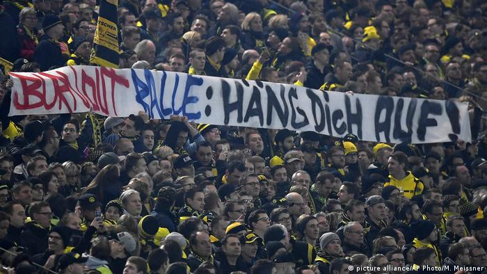Deutschland Borussia Dortmund vs RB Leipzig   Banner: Burnout Ralle: Häng dich auf! (picture alliance/AP Photo/M. Meissner)